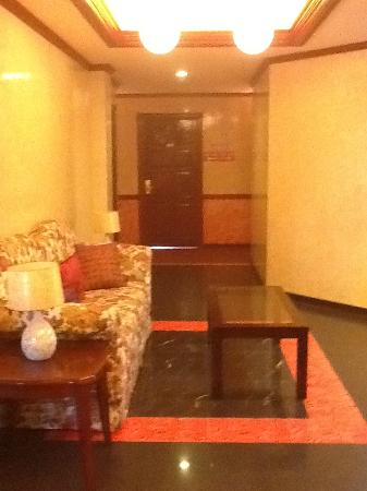 Dulcinea Hotel and Suites: the clean and cute lobby