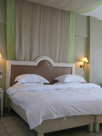 Myconian Ambassador Relais & Chateaux Hotel: Schlafbereich mit Klimaanlage