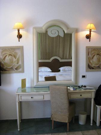 Myconian Ambassador Relais & Chateaux Hotel: vis-a-vis zum Bett
