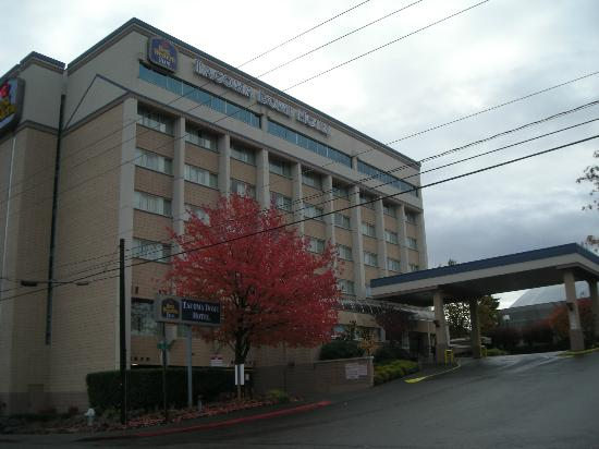 Best Western Plus Tacoma Dome Hotel: Hotel stands tall and by itself