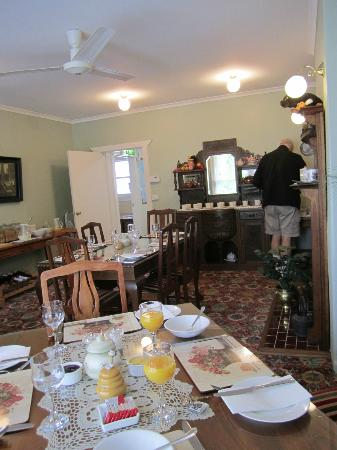 Ashton Gate Guest House: Breakfast time