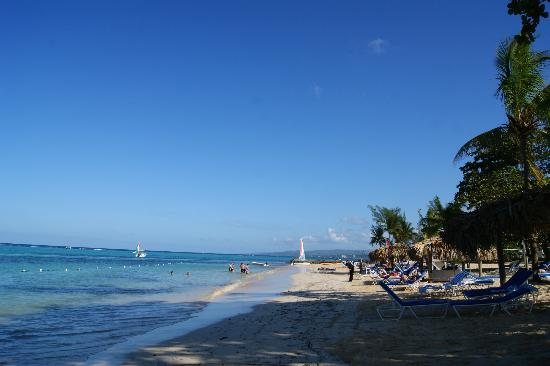Jewel Dunn's River Beach Resort & Spa: Blue sky & blue water