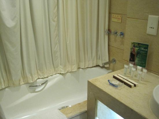 Xixi  Friendship Hotel: Bath tub , good for relax