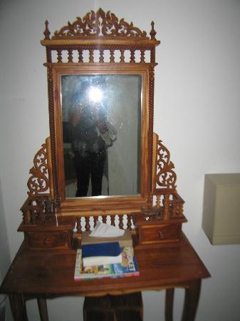 Royal Crown Hotel & Palm Spa Resort: Такое зеркало украшало номер.