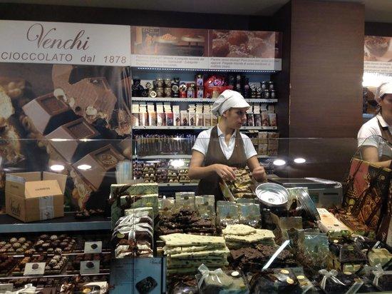 Venchi Chocolate Gelato: counter
