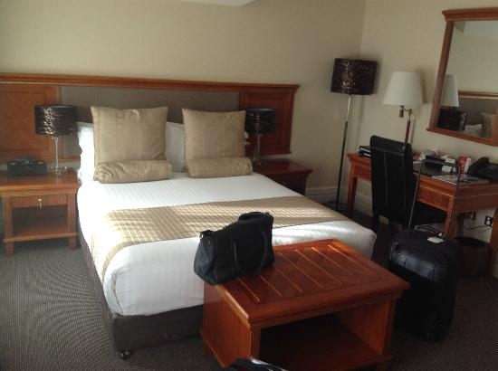 Clarion Hotel City Park Grand: Snug but comfortable bed