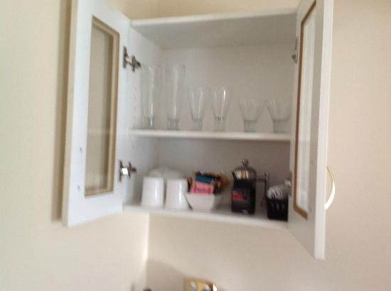 Clarion Hotel City Park Grand: Nice glasses, knives, forks, wine bottle opener & plunger coffee