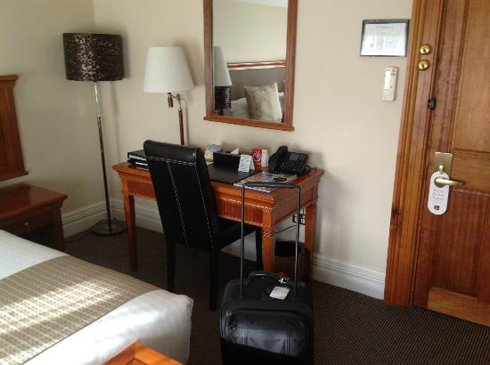 Clarion Hotel City Park Grand: Small desk to work from, have a meal