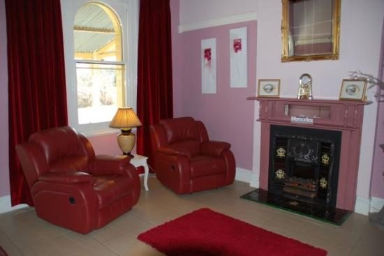 Must Love Dogs B&B & self contained cottage: lounge of the chandelier suite
