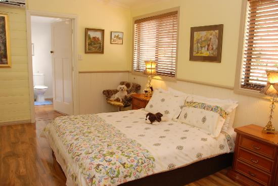 Must Love Dogs B&B & self contained cottage: bedroom with wenetex bed in garden suite