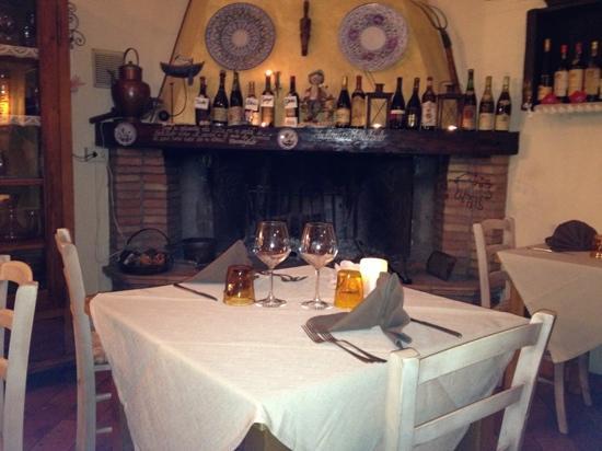 sala con camino - Picture of Trattoria Montepaolo, Dovadola ...