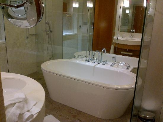 Swissotel Krasnye Holmy Moscow: Bathroom with huge tub