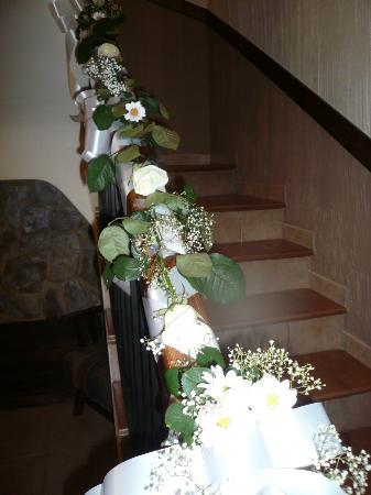 21 escalera decoraci n boda picture of casas rurales los olivos alcala del jucar tripadvisor - Boda en casa rural ...