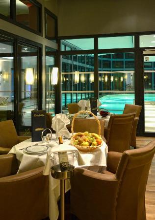 Hotel Les Pleiades - La Baule: Salle a manger et piscine en arriere plan