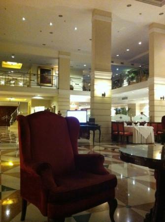 كيمبينسكي هوتل مويكا 22: холл отеля, даже здесь можно приятно провести время 