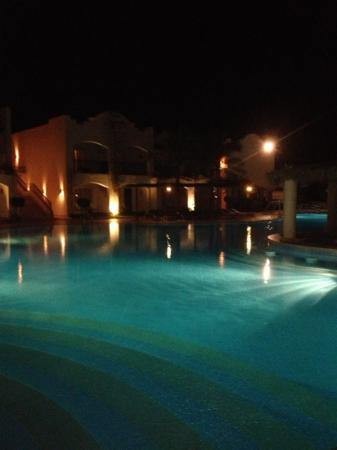 Jaz Dahabeya: pool by night