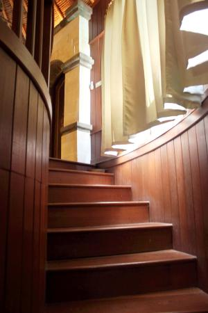 Dewani Villa: Stairways leading to the suite room