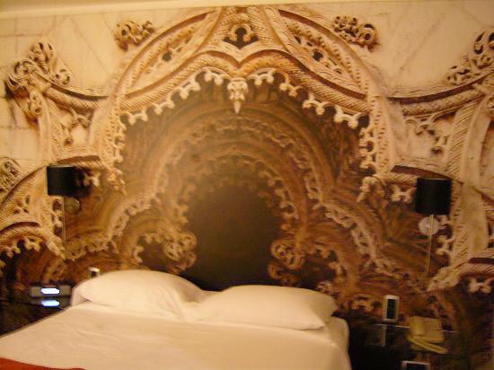 Marques De Pombal Hotel: Cama y su cabezal