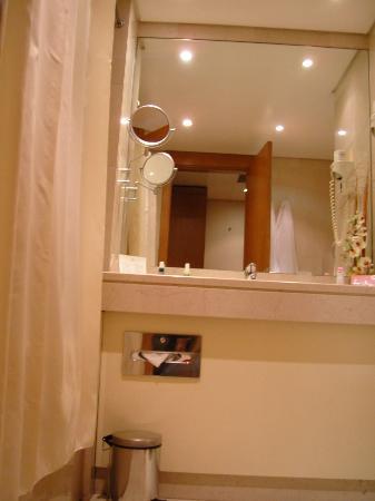 Marques De Pombal Hotel: Baño amplio con cortinas