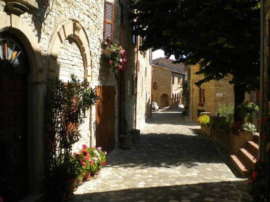 Frontino Italy  city photo : unico simpatico negozio di Frontino: alimentari e tabacchi Picture ...