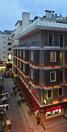Hotel Sultania: Exterior of the night
