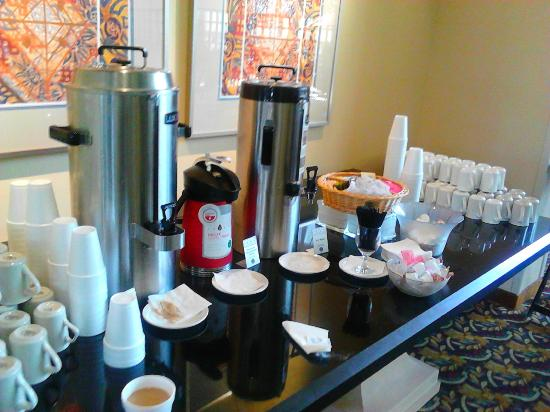 Atrium Hotel & Suites, DFW Airport South: Fresh Coffee 24 hour a day in front lobby along with muffins.