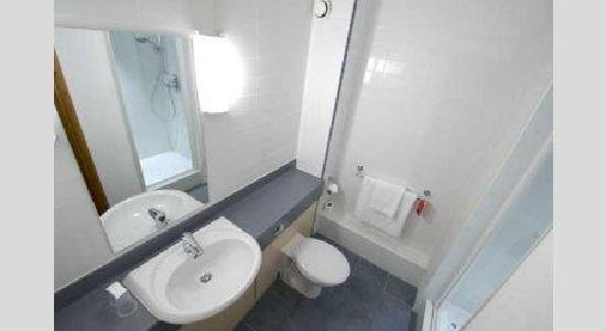 Travelodge Tewkesbury Hotel: Bathroom with shower
