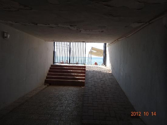 Krizantem Hotel: Underground pass to beach