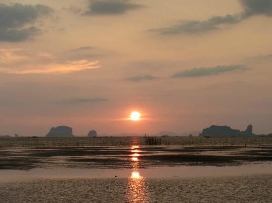Islanda Eco Village Resort: very beautiful sunset i have never seen....