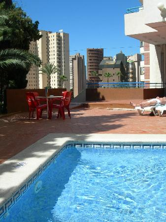 Las Torres Apartments: pool and bar area