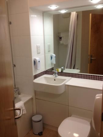Premier Inn Belfast Titanic Quarter Hotel: Bathroom (312) - Spotless!