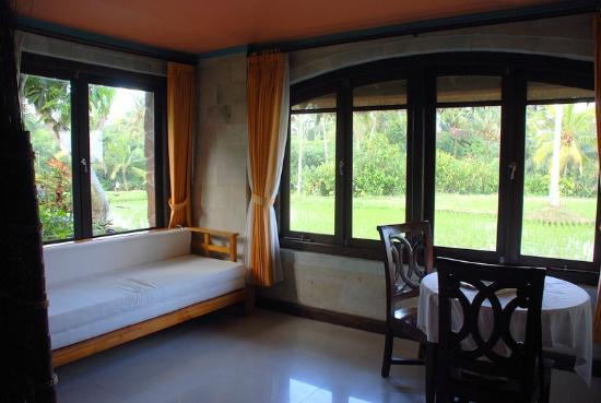 Saudara Home: salon de la chambre Tirtagangga