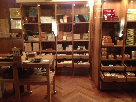 Savoy Hotel Berlin: Cigar shop inside Havana bar