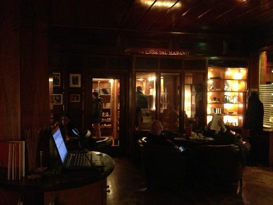 Savoy Hotel Berlin: Inside the Havana bar looking towards shop