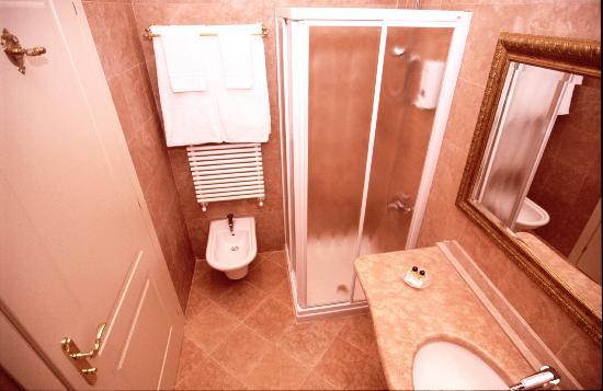 Hotel La Dolce Vita: bagno in camera