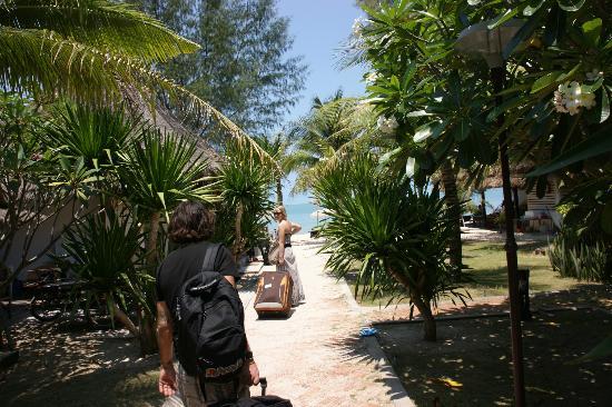 Chatkaeo Resort: plage en face et bungalows a droite mais attention a 6h du mat la clim très bruyante s' allume
