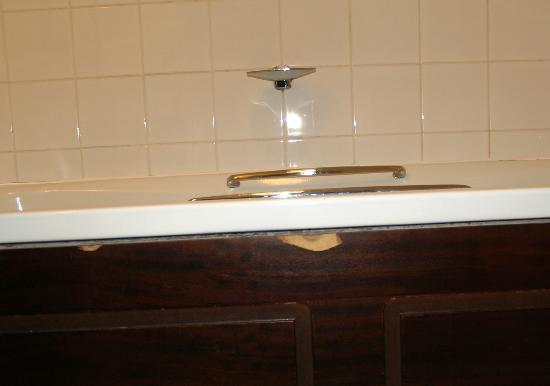 The St. James Hotel Grimsby: bath trim shows age