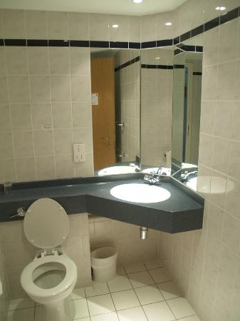 Ibis Chesterfield North: bathroom