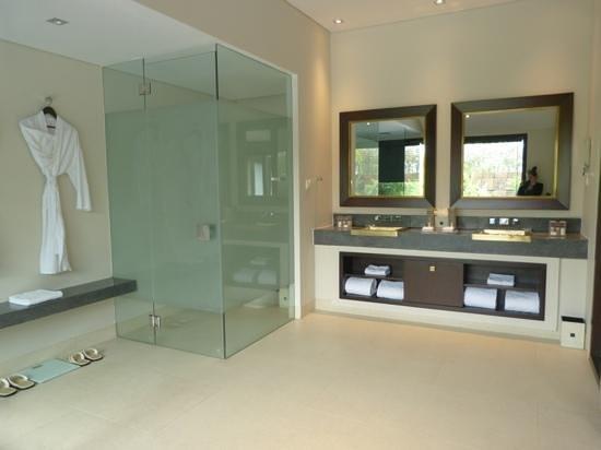 salle de bain... avec douche et baignoire qu\'on ne voit ici ...