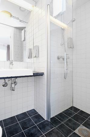 Globus Hotel: Bathroom