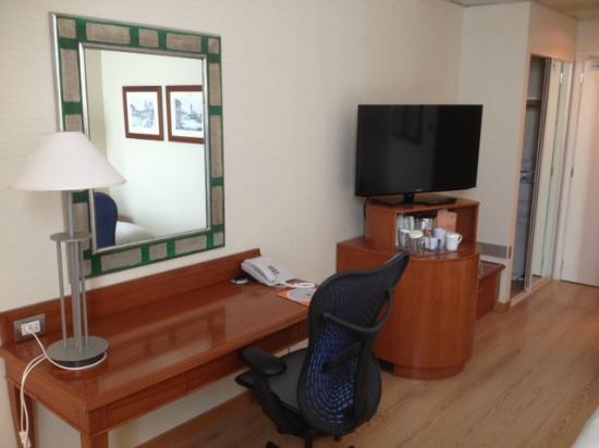 Hilton Rome Airport Hotel: desk/tv