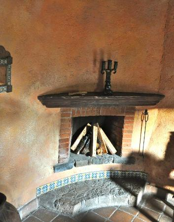 Hotel Meson de San Antonio: Fireplace in our room