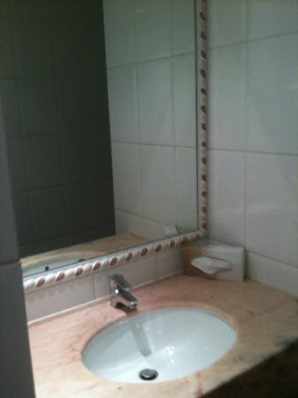 Tonic Hotel Louvre: Salle de bain en chambre 405 - Lavabo