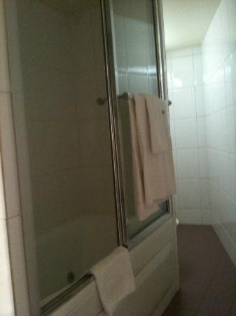 Tonic Hotel Louvre: Salle de bain en chambre 405 - Baignoire