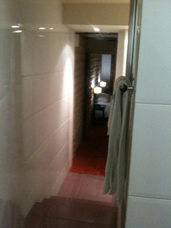 Tonic Hotel Louvre: Salle de bain en chambre 405 - Vue du fond de la SDB. wc à droite.