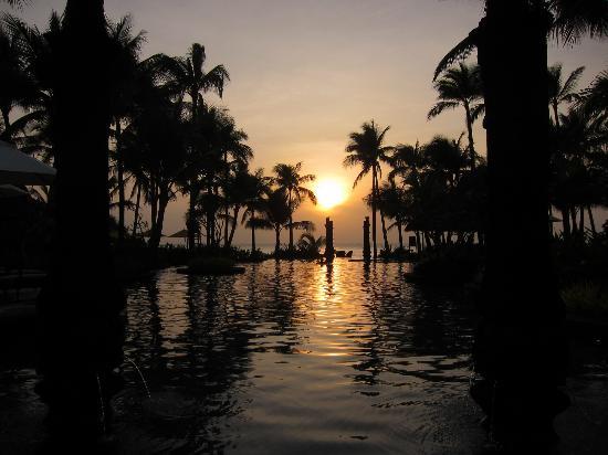 Shangri-La's Boracay Resort & Spa: the beautiful swimming pool when sunset