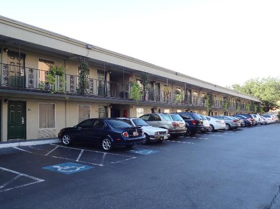 Days Inn Charleston Historic District: North side parking. Pool at far end