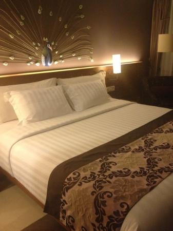 Sun Island Hotel & Spa Kuta: king size bed