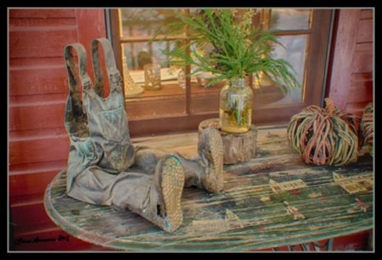 جلين إلا سبرينجز إن: Porch art at Glen-Ella Springs Inn 