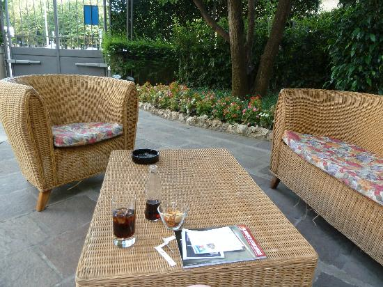 Hotel San Gallo Palace: Outdoor seating near the bar